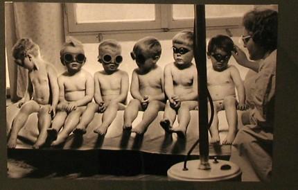 Gołe dzieciaki w okularach na zdjęciu