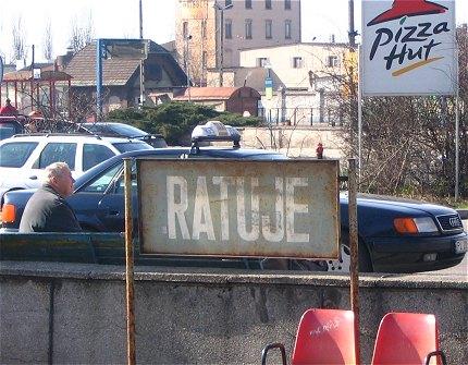 tablica z napisem RATUJE