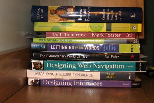 Stosik książek na biurku