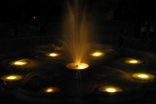 Delikatne oświetlenie fontannny