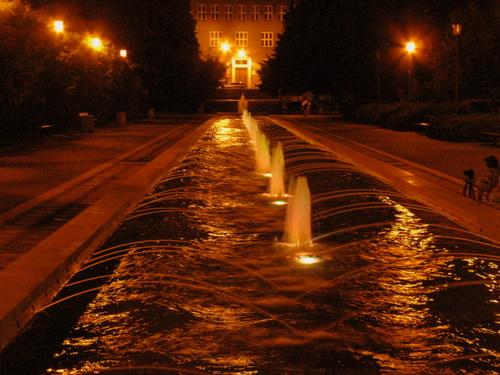 Długa fontanna i strumienie wody dookoła